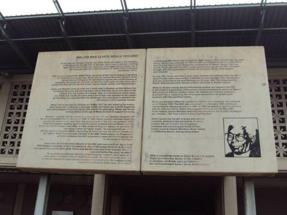 Placa en honor a Walter Sisulu en la Plaza de la Democracia