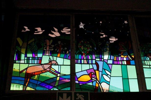 Vitral sobre la paz en la Iglesia Regina Mundi en Soweto