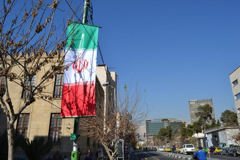 Bandera de Irán frente al Banco Central
