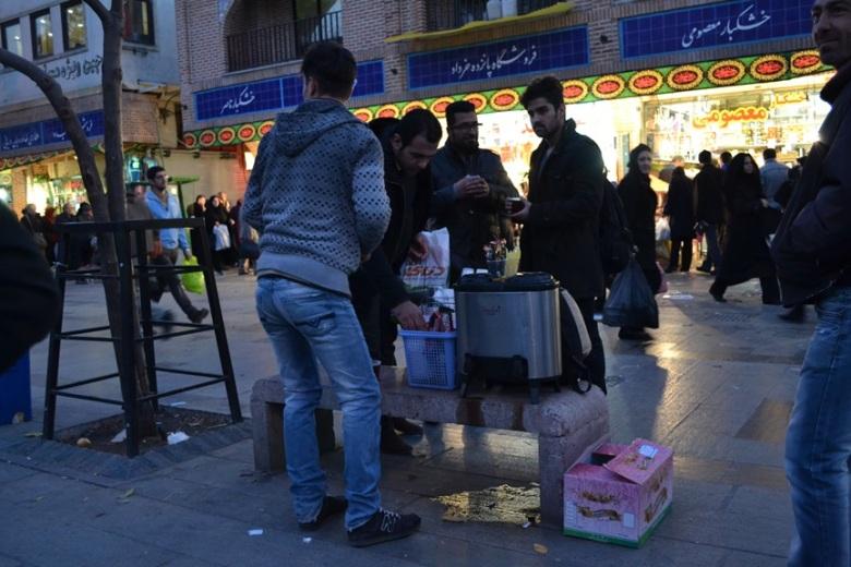 Venta de café en el exterior del Gran Bazar de Teherán