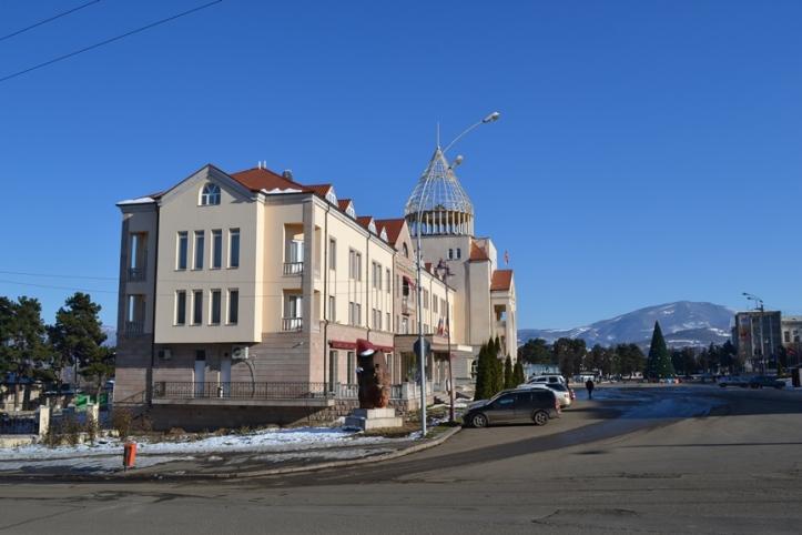 Parlamento de Nagorno-Karabakh y Hotel Armenia en la Plaza del Renacimiento de Stepanakert