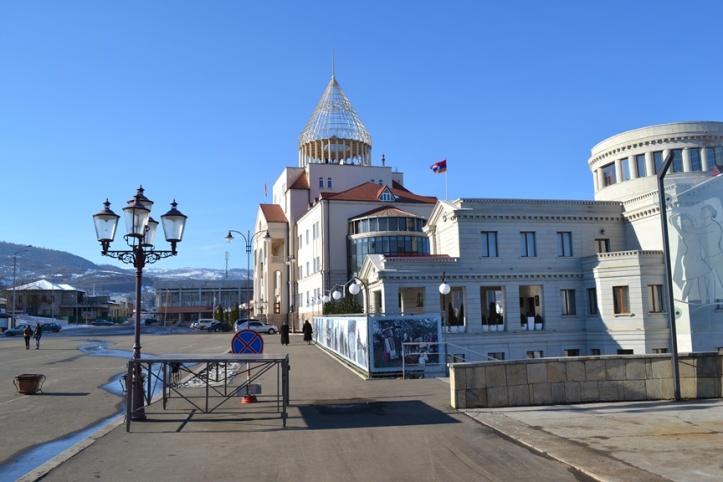 Parlamento de Nagorno-Karabakh en la Plaza del Renacimiento de Stepanakert