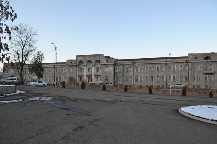 Hospital frente al complejo memorial de Stepanakert