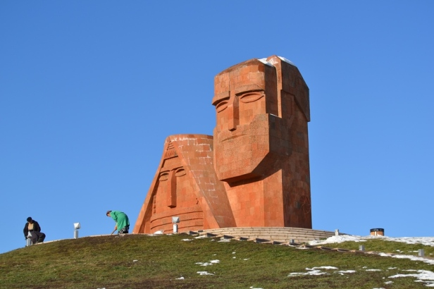 """Monumento """"Nosotros somos nuestras montañas"""" en Stepanakert"""