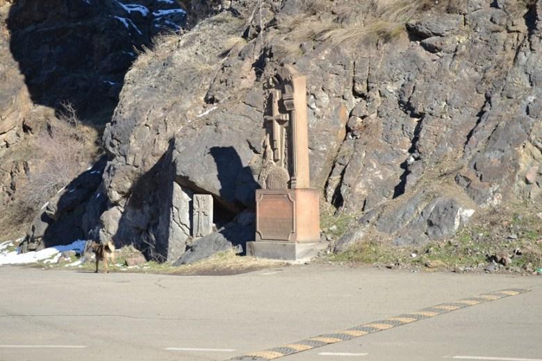 Khachkar en la frontera entre Armenia y Nagorno-Karabakh