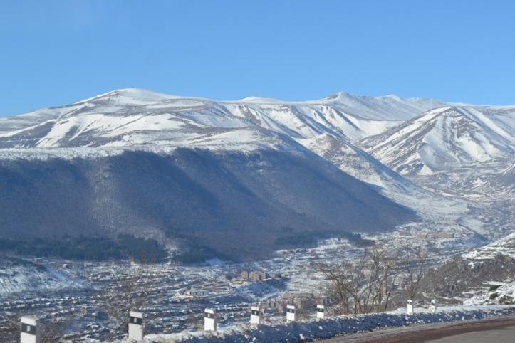 Panorámica de la ciudad de Goris en Armenia en la vía a Stepanakert
