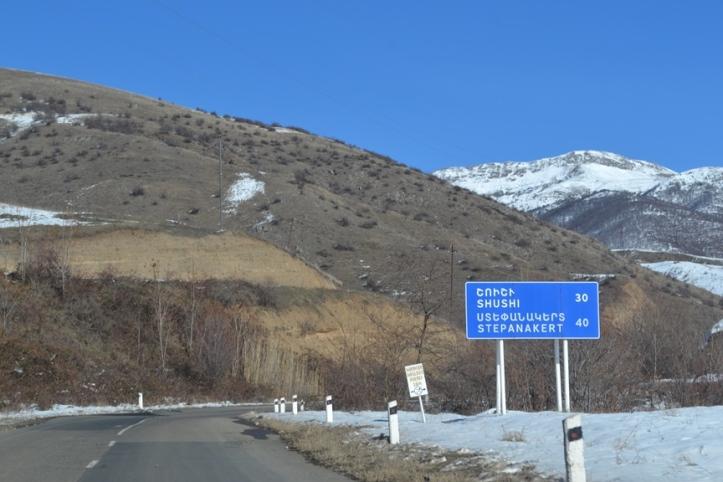 Carretera entre la frontera y Shushi