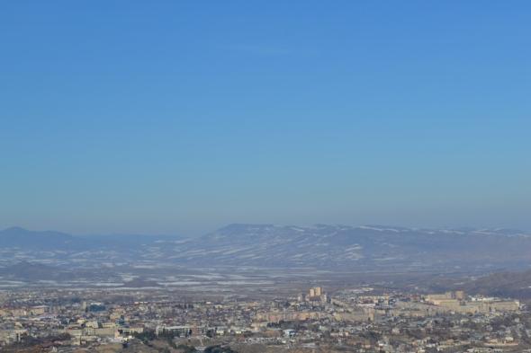 Panorámica de Stepanakert desde la carretera que desciende desde Shushi