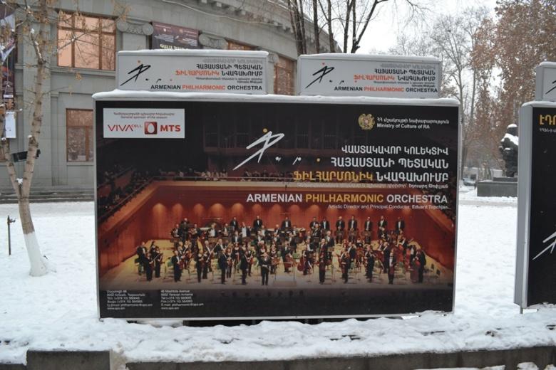 Publicidad de la Orquesta Filarmónica de Armenia en las afueras del Teatro de la Ópera