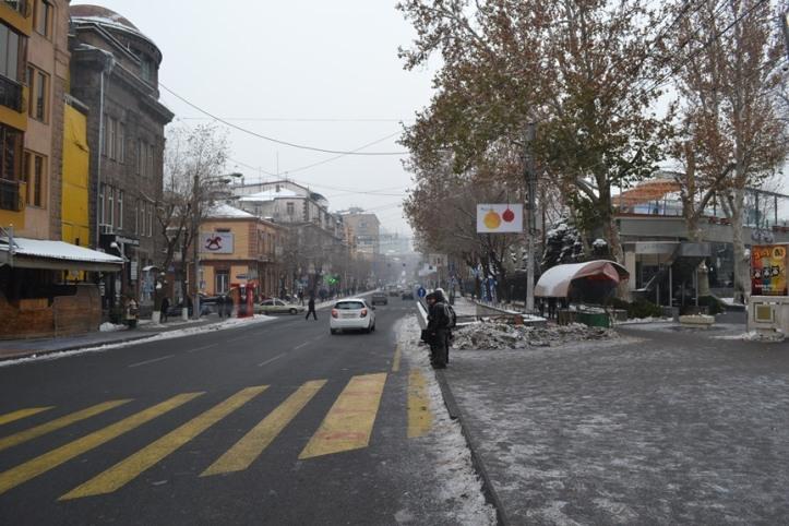 Entrada a la Avenida del Norte en Yereván, Armenia