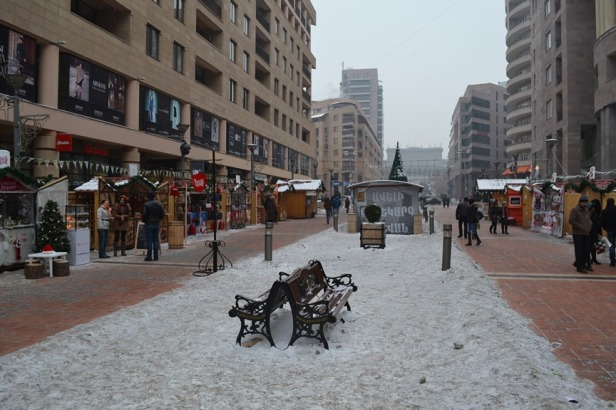 Mercado Navideño en la Avenida del Norte en el centro de Yereván