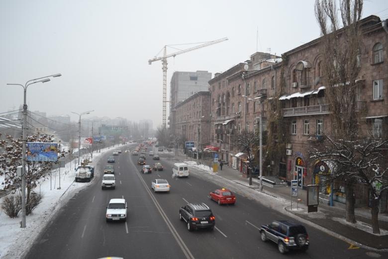 Vía sobre el Parque Circular en el límite exterior del centro de Yereván