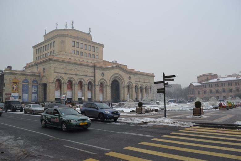 Museo de Ciencias en la Plaza de la República en Yereván, Armenia