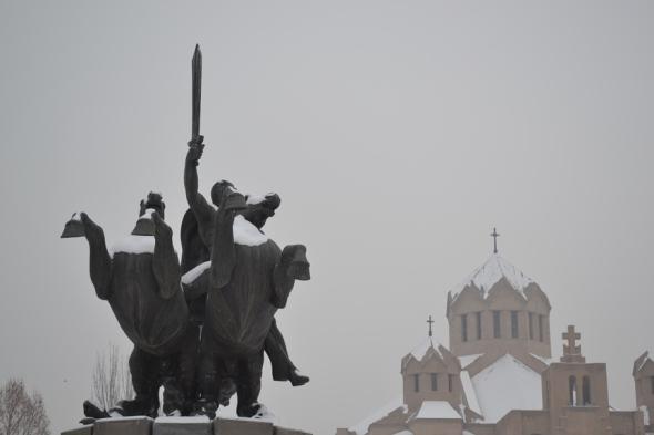 Estatua de Zoravar Andranik frente a la Catedral de San Gregorio el Iluminador en Yereván, Armenia