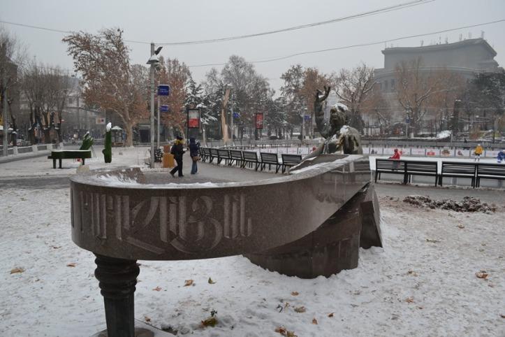 Estatua del pianista Arno Babajanian en las inmediaciones del Teatro de la Ópera de Yereván