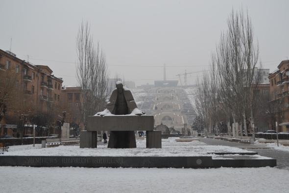 Escultura de Alexánder Tamanian (arquitecto que diseñó el Teatro de la Ópera) con la Cascada al fondo