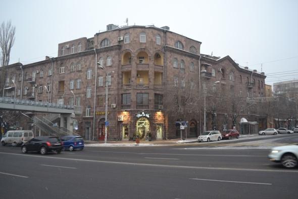 Edificios sobre el Parque Circular en el límite exterior del centro de Yereván