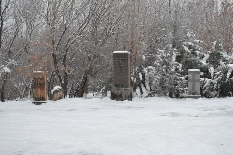 Khachkars en la entrada del Museo del Genocidio Armenio