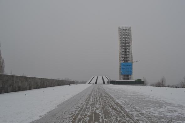 Estela de 44 metros de alto que simboliza el renacimiento de los Armenios al lado del lugar donde se encuentra la llama eterna en honor al millón y medio de armenios que murieron durante el Genocidio