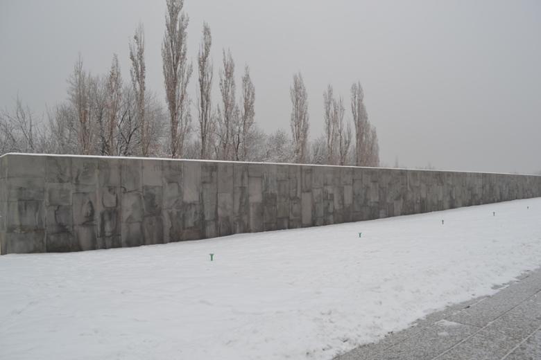 Muro de 100 metros con los nombres de todos los pueblos y lugares donde ocurrieron masacres durante el Genocidio Armenio