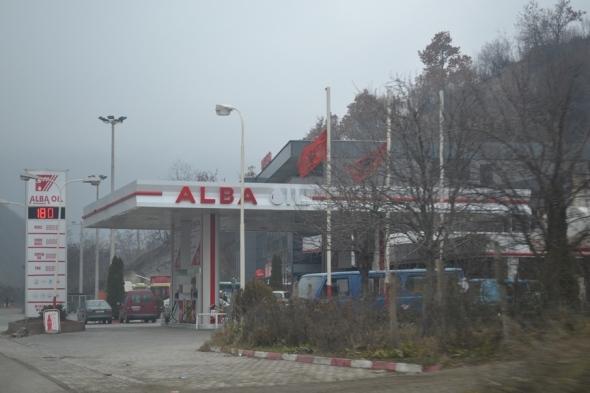 Estación de gasolina albanesa en Kosovo