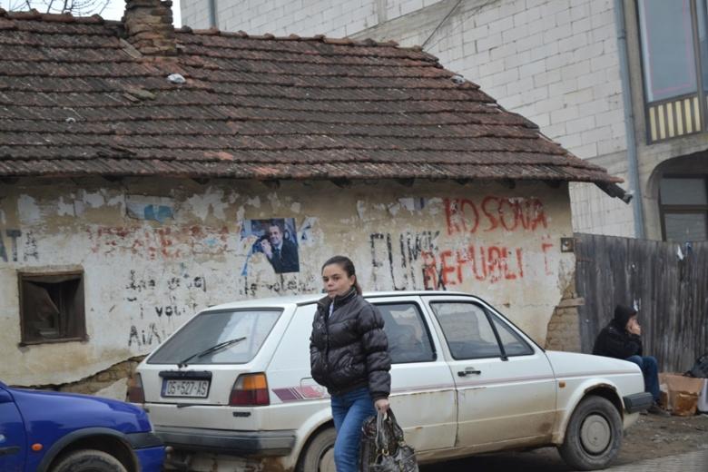 Grafitti a favor de la independencia en Prístina, Kosovo