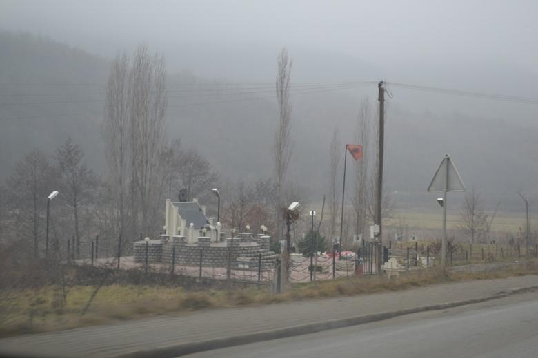 Memorial a las víctimas en una de las masacres de la guerra de Kosovo