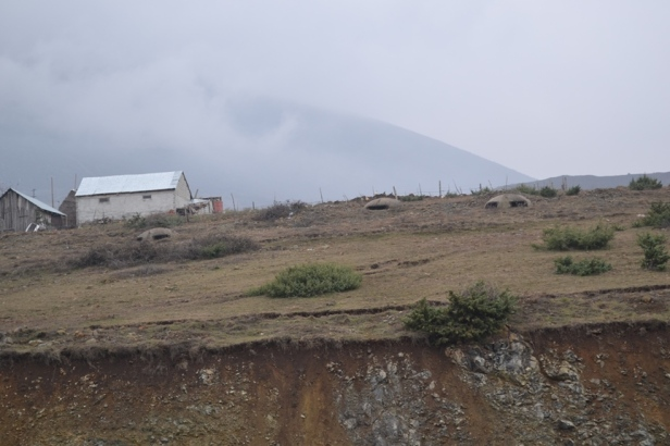 Búnkeres construidos por Enver Hoxha en la frontera con Kosovo