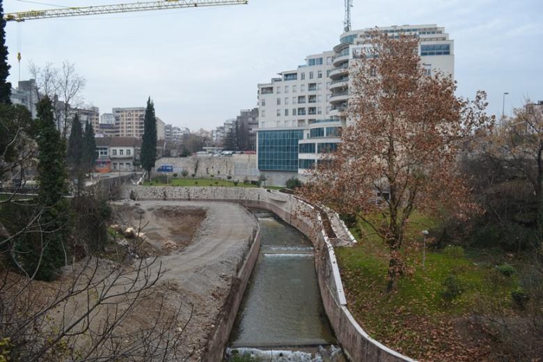 Edificios al lado del río