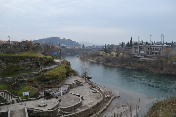 Unión de los ríos Morača y Ribnica en el centro de Podgorica, Montenegro... El río tiene un color hermoso pero está lleno de basura y neumáticos. Es deplorable.
