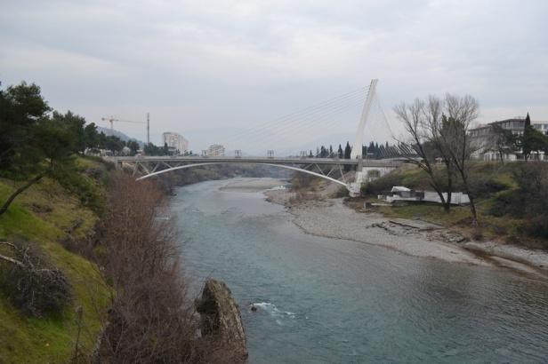 Puente del Milenio en el centro de Podgorica