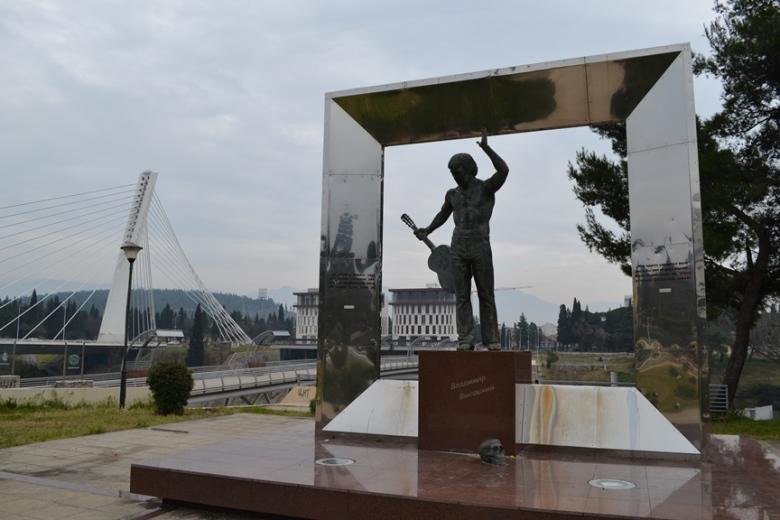 Escultura de un señor con una guitarra y una calavera al frente... No me pregunten, yo nunca entendí.