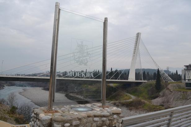Y aparentemente este puente peatonal fue donado por la ciudad de Moscú a Podgorica