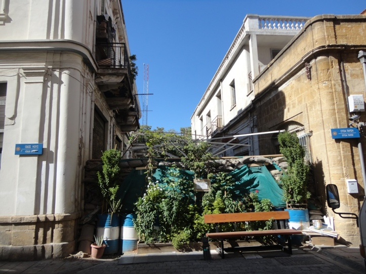 Bidones oxidados pintados con los colores griegos (Fuente: Sherlock)