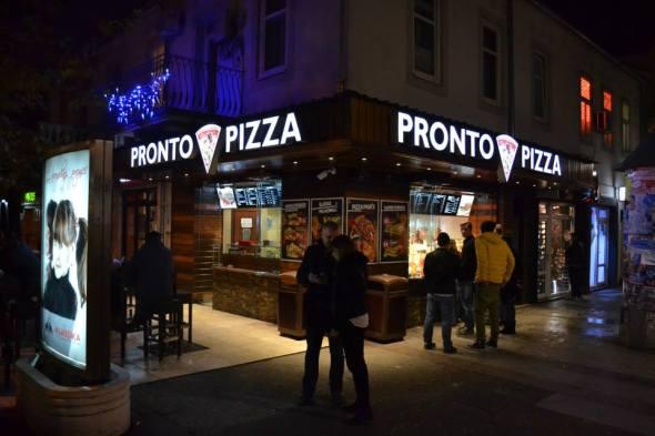 La elegantísima Pronto Pizza con sus mesas sobre la acera... nuestra salvación el 31 de diciembre.
