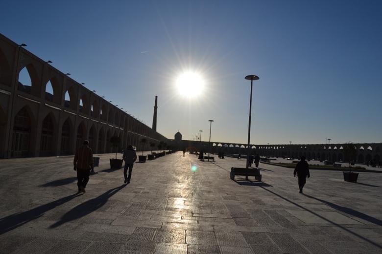 Plaza en las afueras de la Mezquita Jameh