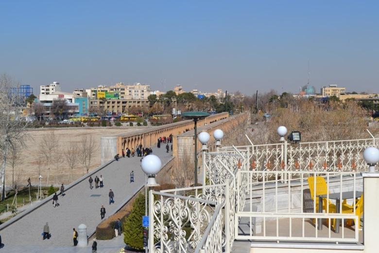 Puente Khaju visto desde la terraza del hotel