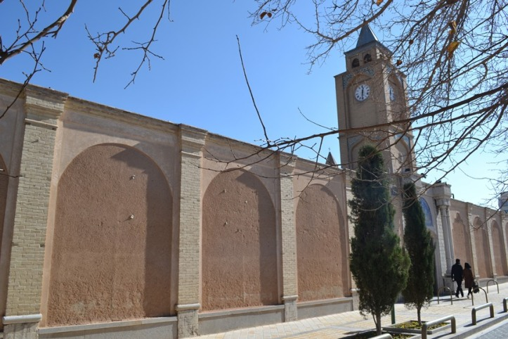 A la izquierda la Catedral de Vank