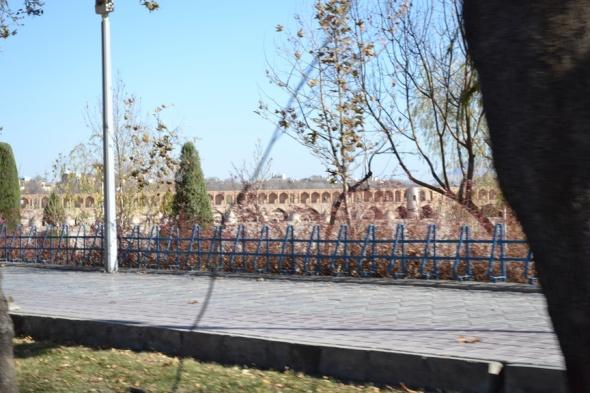 Puente Khaju visto desde el otro lado del río.
