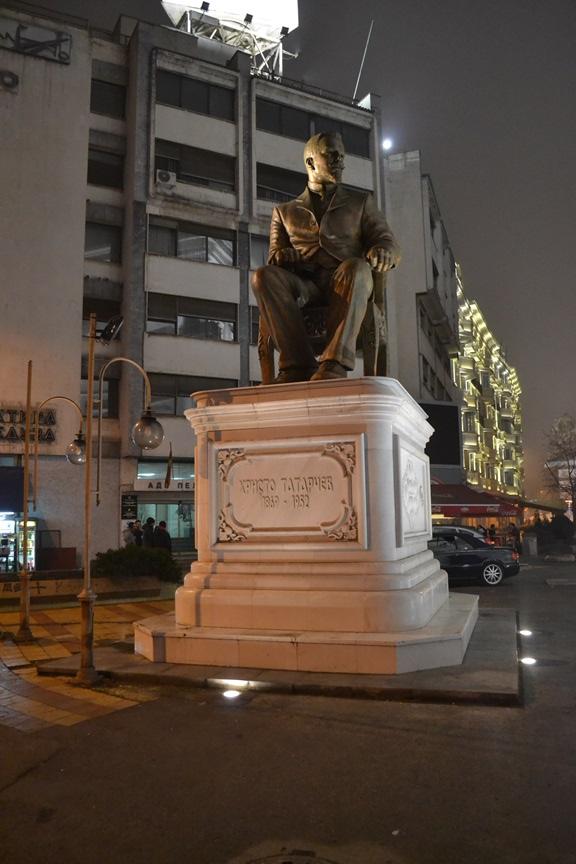 Estatua de Hristo Tatarchev, líder del movimiento revolucionario macedonio, al lado de la Puerta Macedonia
