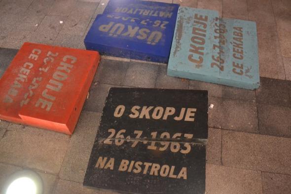Conmemoración del terremoto que destruyó Skopje en 1963 al lado de la Puerta Macedonia