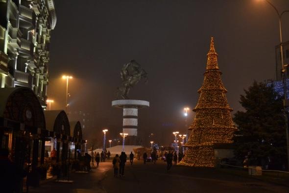Panorámica nocturna de la Plaza Macedonia