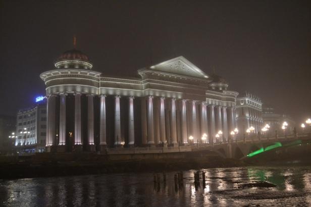 Edificios al otro lado del Río Vardar vistos desde la Plaza Macedonia