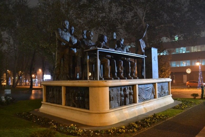 Monumento a la Reunión Antifascista para la Liberación Nacional de Macedonia justo al frente del Parlamento