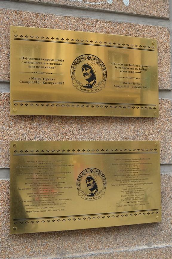 Frases de la Madre Teresa de Calcuta sobre los costados de la Plaza Macedonia