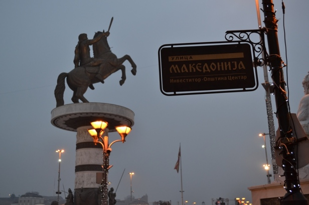 Señal que indica la entrada a la Plaza Macedonia. Al fondo la estatua de Alejandro Magno y más allá, la gran bandera de Macedonia