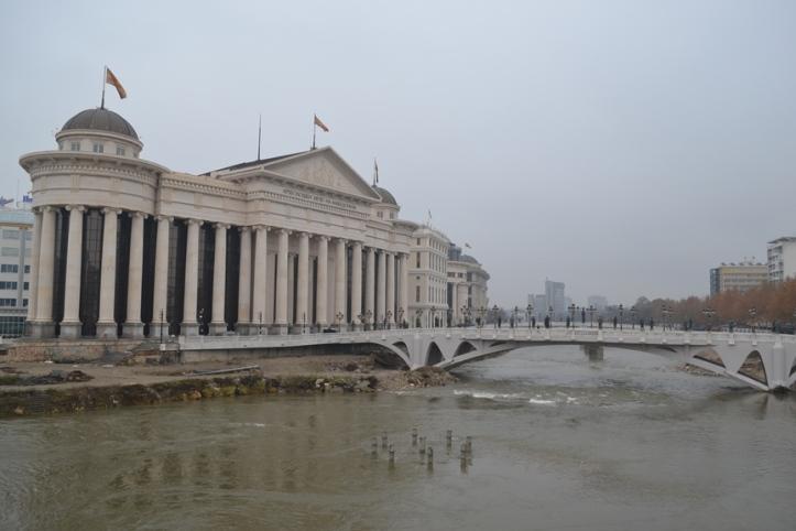 Museo de Arqueología desde la Plaza Macedonia