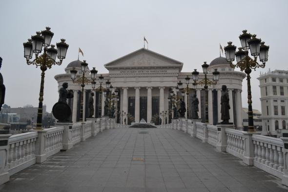Puente del Arte que sólo costó 2.5 millones de euros. Al fondo el Museo de Arqueología desde la Plaza Macedonia