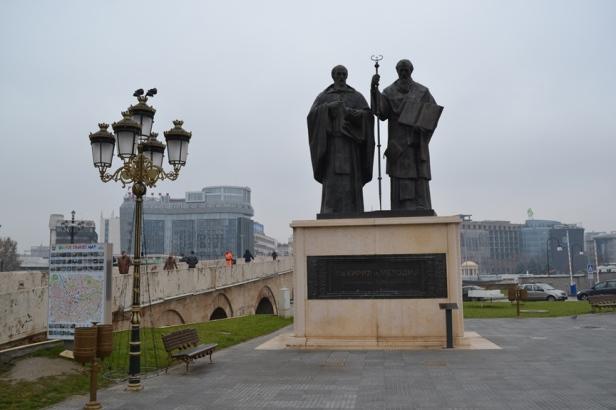 Estatuas de San Cirilo y Metodio al lado del puente de piedra