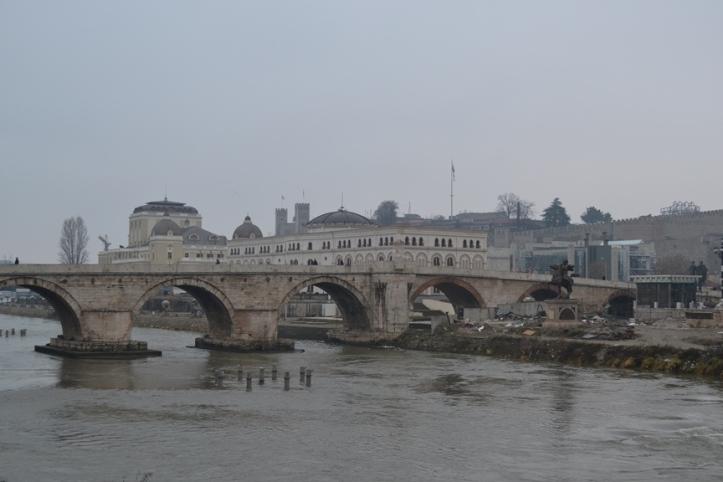 Puente Dušan visto desde la Plaza Macedonia